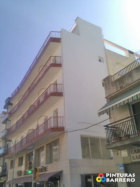 fachada reconstruida y pintada en blanes